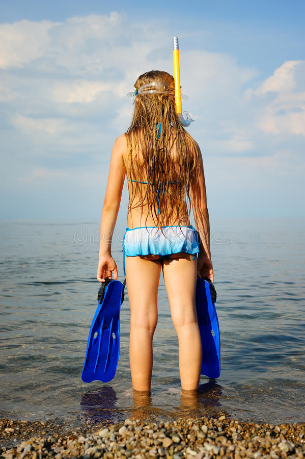 девушка расстояния смотрит seacoast стоковые изображения rf