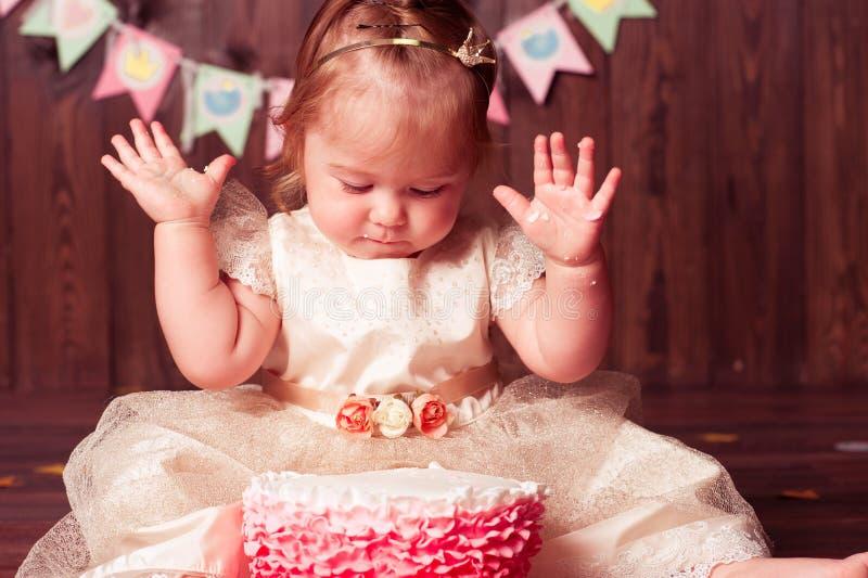 Девушка ребенка празднуя день рождения стоковые изображения