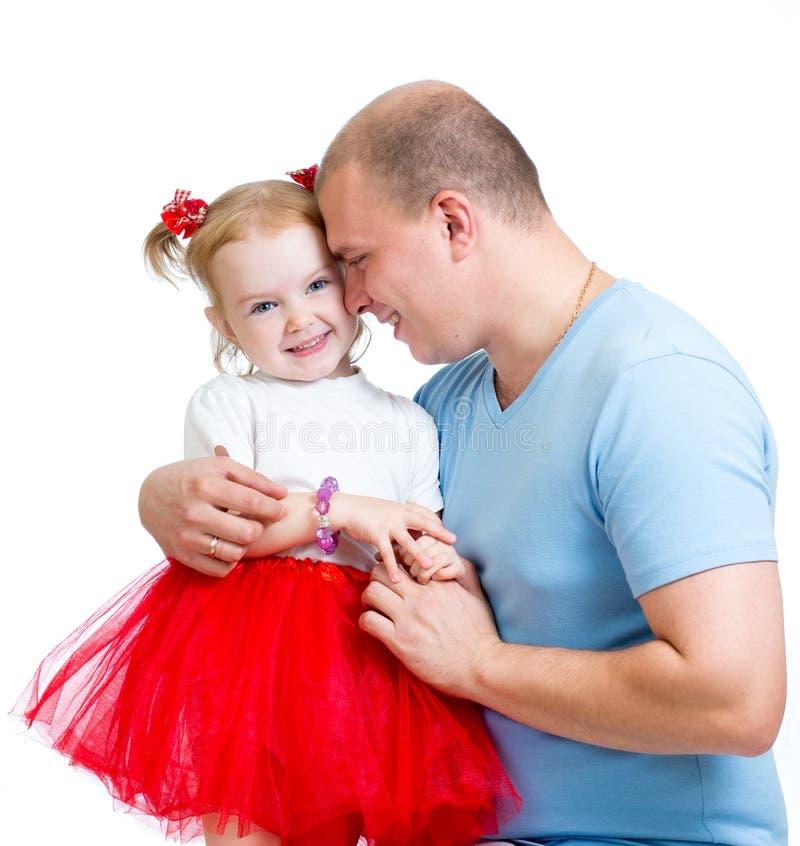 Девушка ребенка счастливого отца обнимая изолированная на белизне стоковые изображения