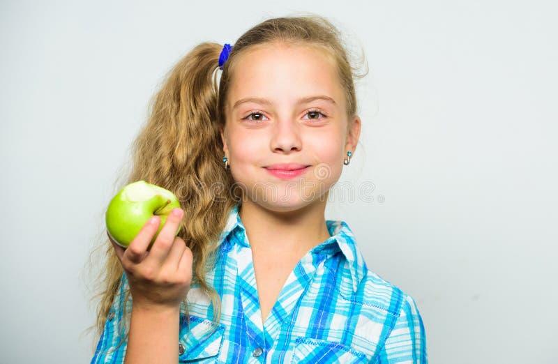 Девушка ребенк ест зеленый плодоовощ яблока Концепция питания витамина Причины едят яблоко каждый день Питательное содержание ябл стоковое изображение rf