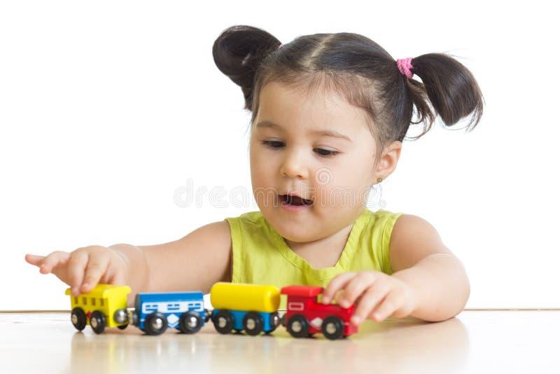 Девушка ребенк играя с игрушкой поезда стоковое изображение