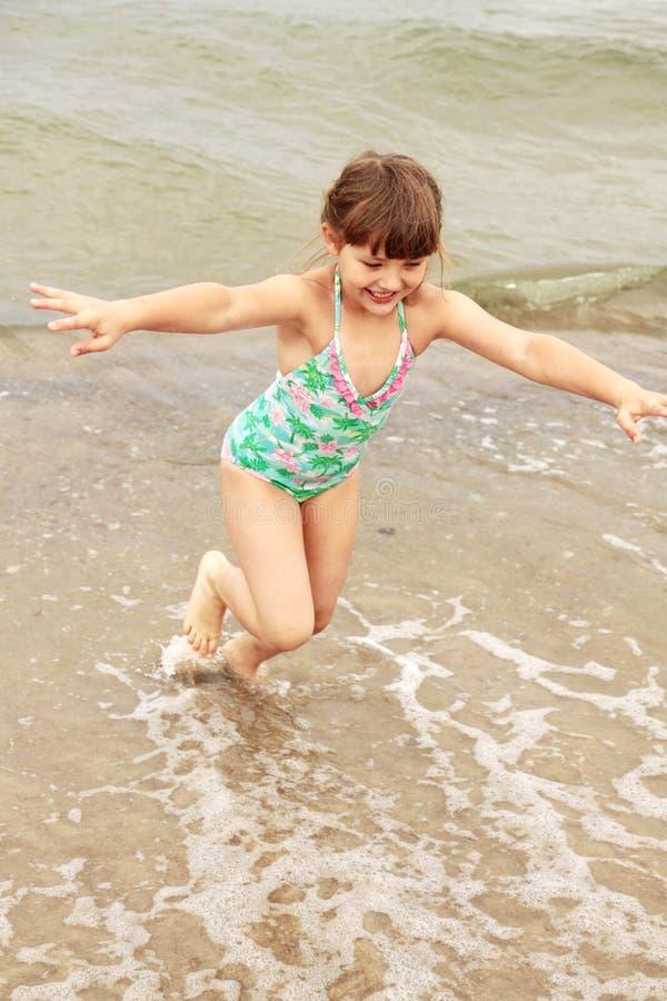 Девушка, ребенок, потеха, вода стоковая фотография rf