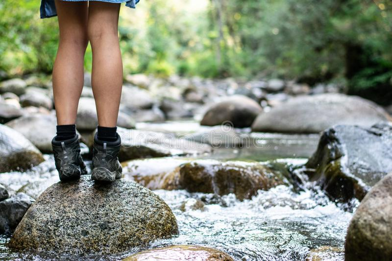 Девушка рекой стоковое изображение