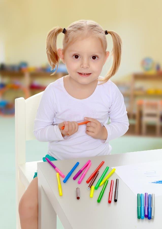 Девушка рисует с отметками стоковые изображения