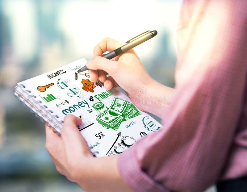 Девушка рисуя финансовый эскиз стоковые изображения rf