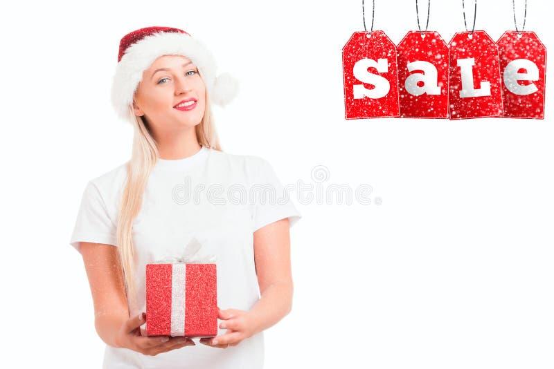 Девушка рождества в шляпе ` s Санты с gi стоковые фото