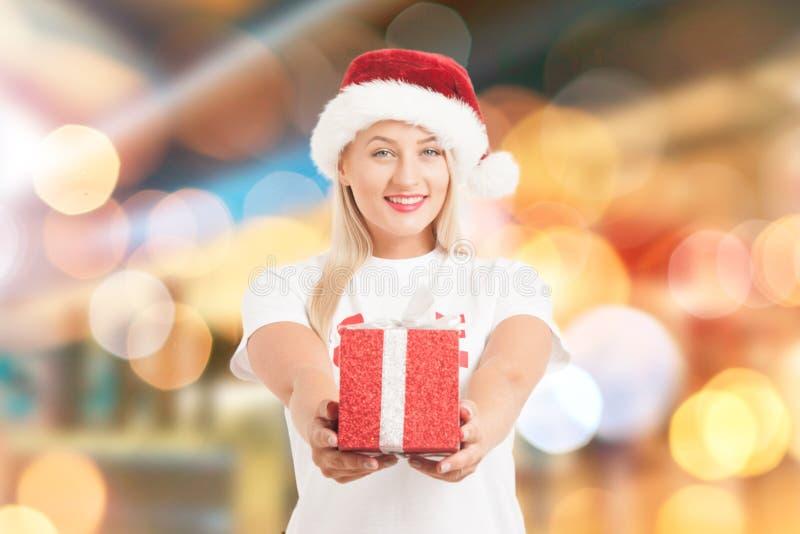 Девушка рождества в шляпе ` s Санты с gi стоковое изображение rf