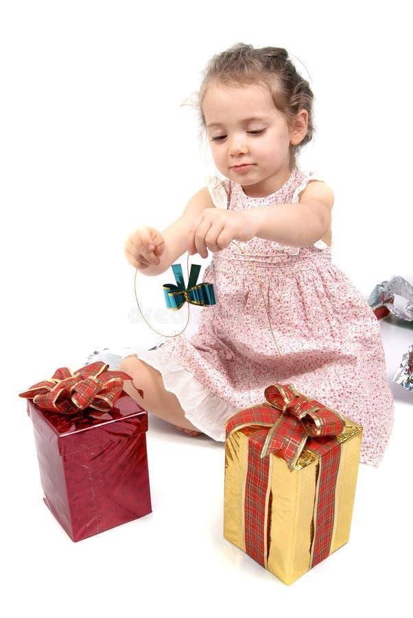 девушка рождества ее немногая открытые настоящие моменты к стоковые изображения rf