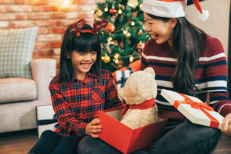 Девушка рождества с оленями на главном раскрывая подарке стоковая фотография rf