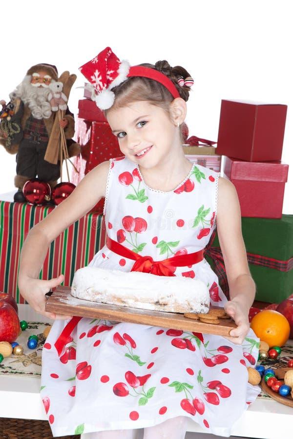 девушка рождества торта немногая над белизной стоковая фотография