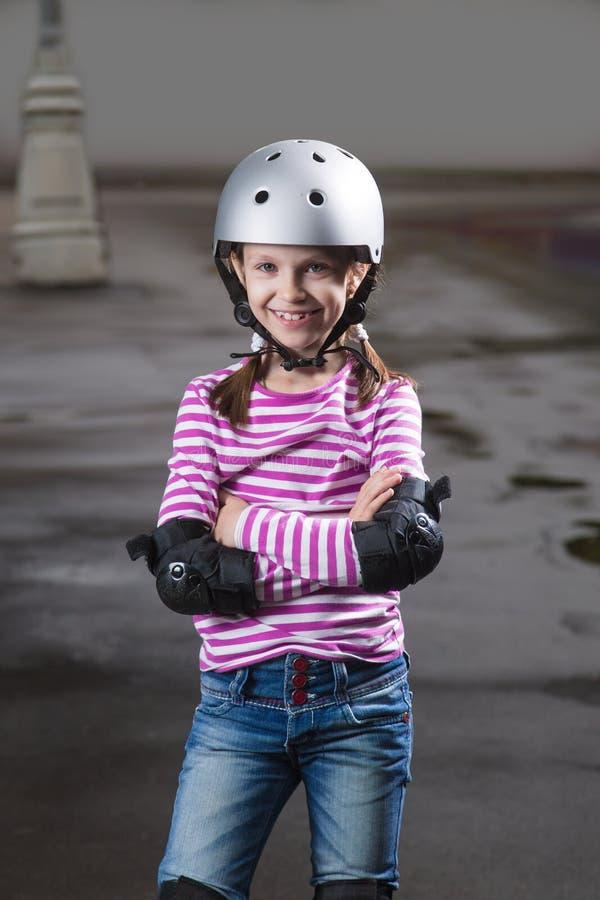 Девушка ролика в шлеме стоковые изображения rf