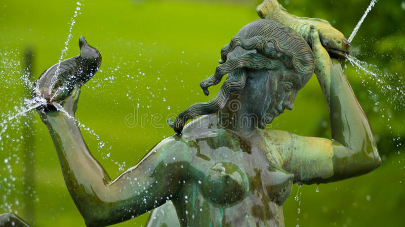 Девушка рыб статуи Brons стоковая фотография rf