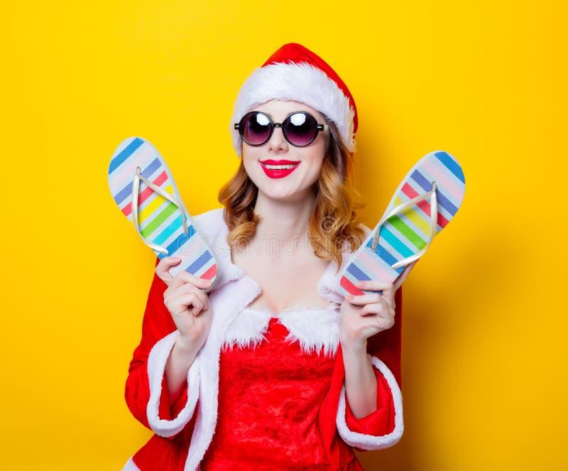 Девушка Санты Clous с солнечными очками и темповыми сальто сальто стоковая фотография