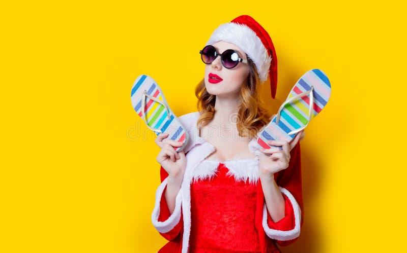 Девушка Санты Clous с солнечными очками и темповыми сальто сальто стоковые фотографии rf