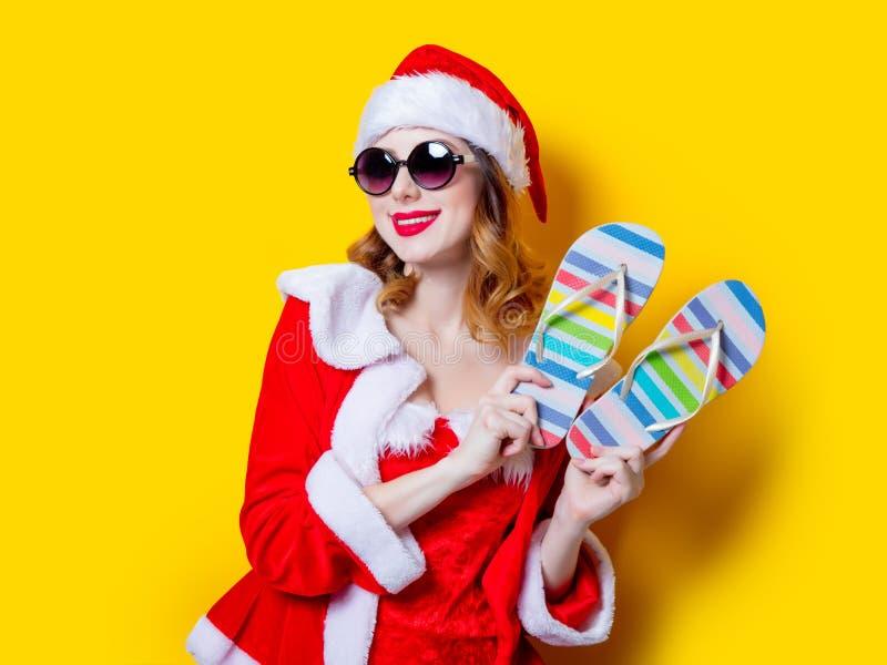 Девушка Санты Clous с солнечными очками и темповыми сальто сальто стоковые фото