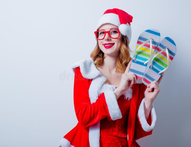 Девушка Санты Clous с eyeglasses и Sandales стоковая фотография rf