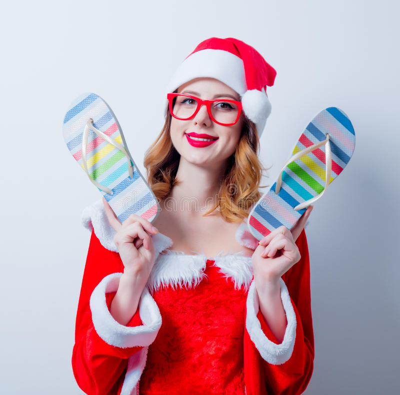 Девушка Санты Clous с eyeglasses и Sandales стоковое фото rf