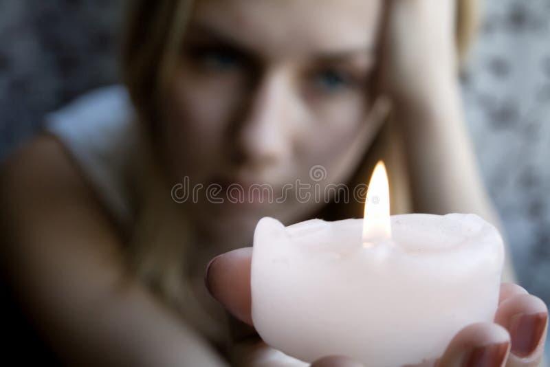 девушка свечки стоковое изображение rf