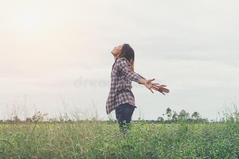 Девушка свободы счастливая чувствуя живой стоковые изображения