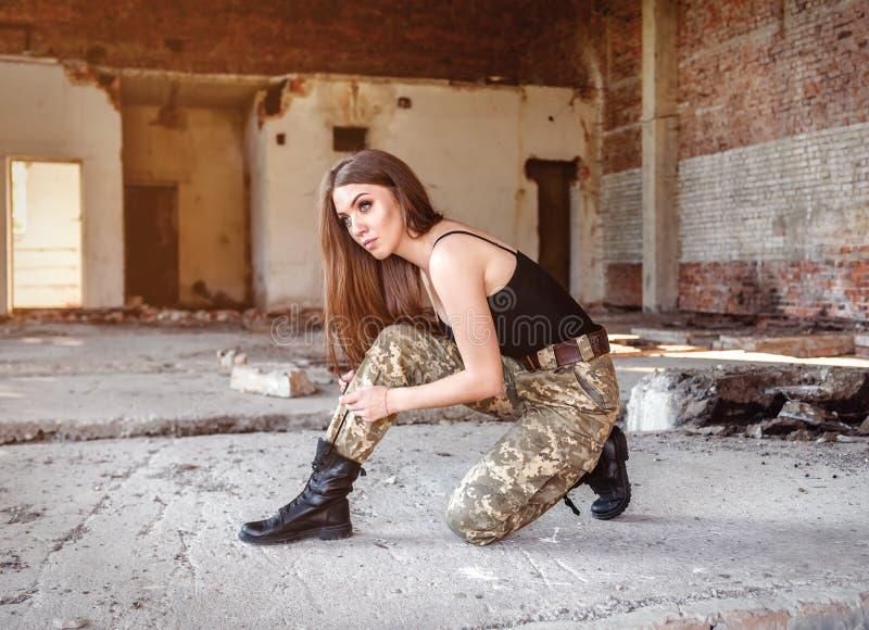 Девушка связанная вверх по черным воинским ботинкам стоковое изображение