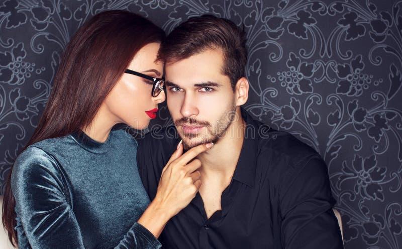 Девушка сексуального человека сокращая в клубе стоковое изображение rf