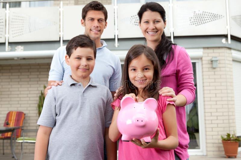 девушка семьи банка ее удерживание немногая piggy стоковые изображения rf