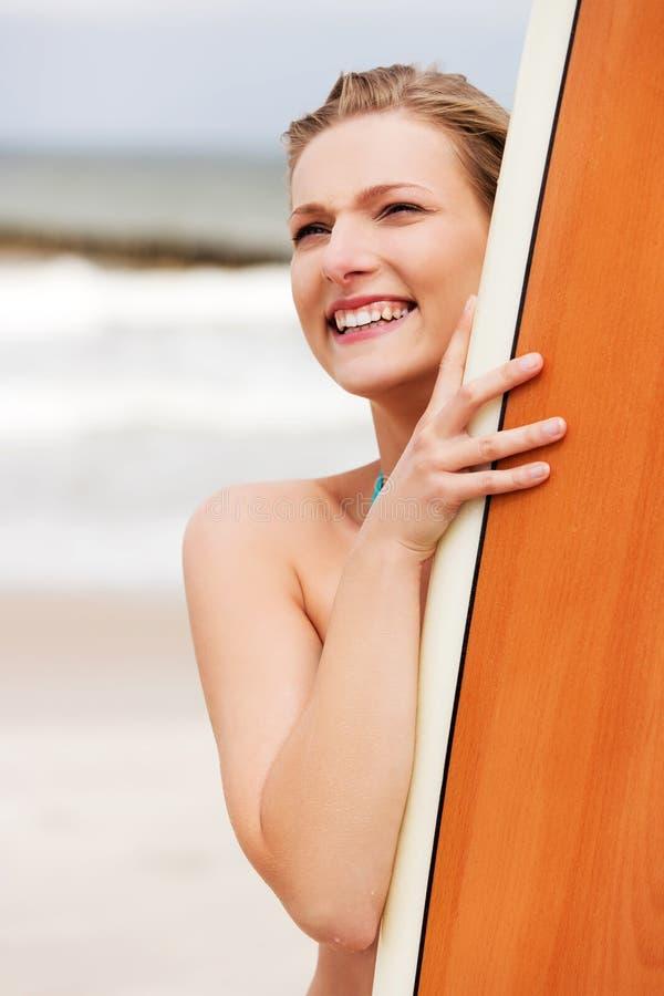 Девушка серфера на пляже в бикини стоковая фотография rf