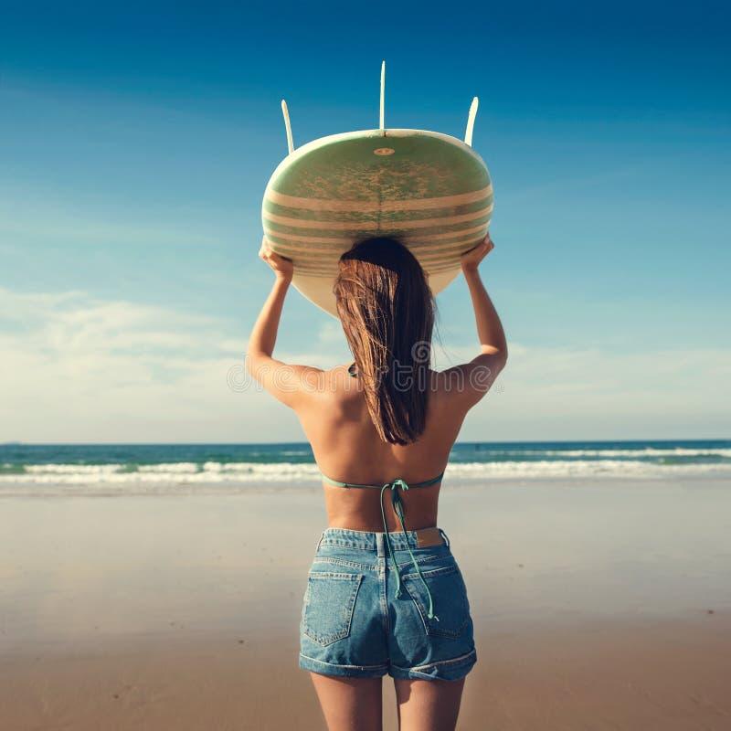 Девушка серфера стоковое изображение
