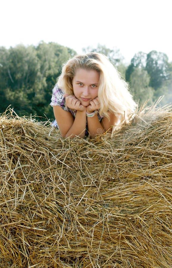 Девушка сидя на сене стоковая фотография rf