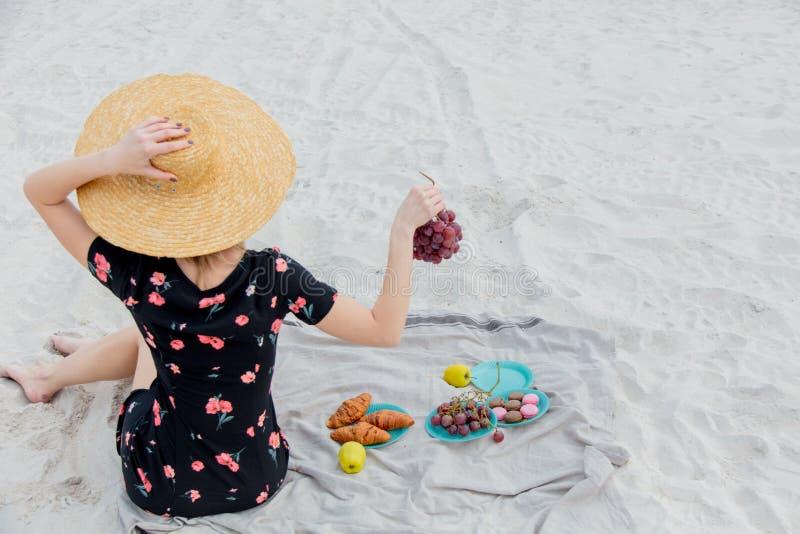 Девушка сидя на соре и держать яблоко в руке стоковые фото