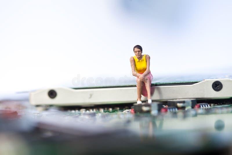 Девушка сидя на электронике стоковое изображение rf
