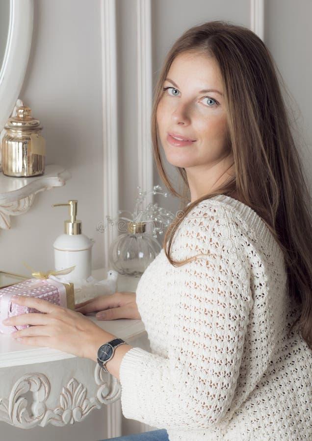 Девушка сидит на таблице шлихты стоковая фотография rf