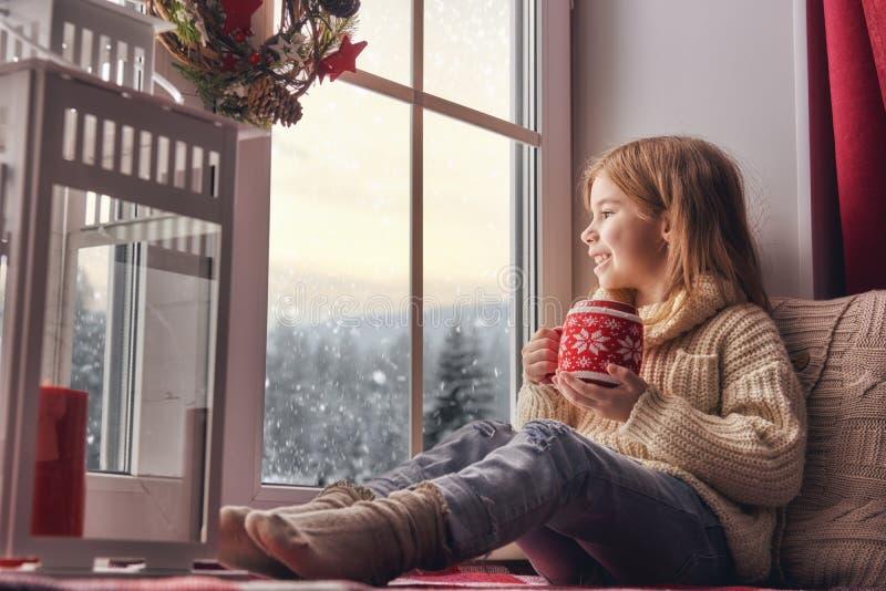 Девушка сидя окном стоковые изображения