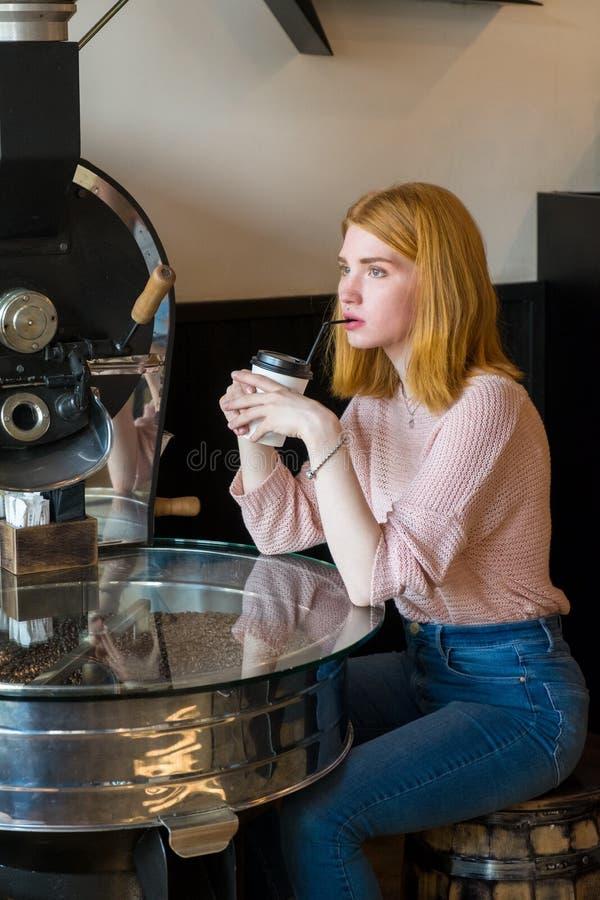 Девушка сидя с чашкой кофе стоковое изображение rf