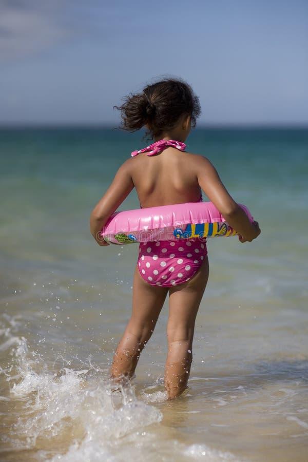 Девушка скача в волны. стоковое изображение rf