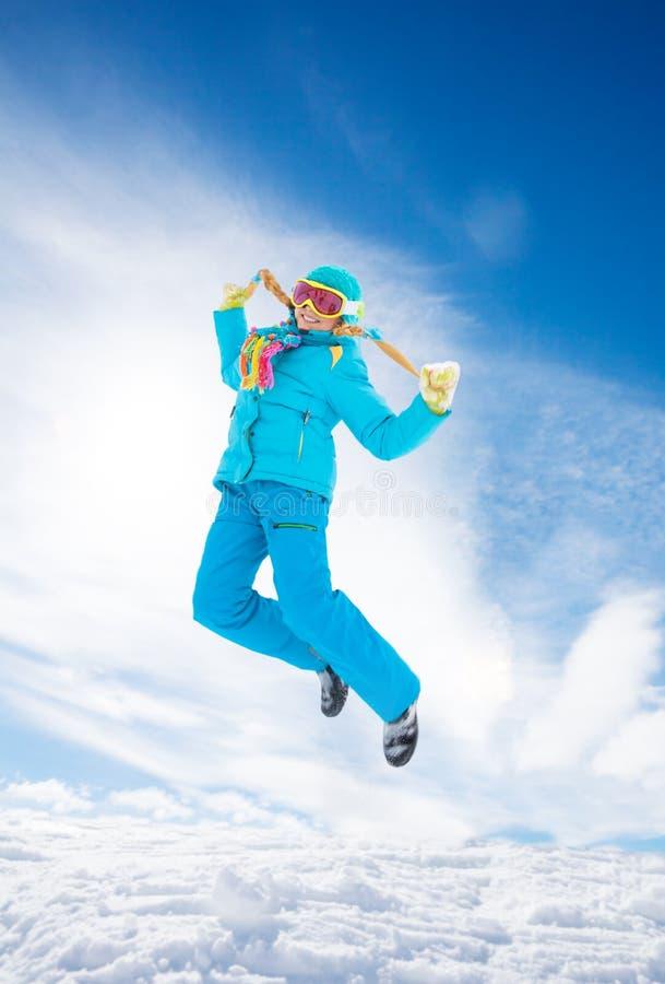 Девушка скача в снежок стоковые изображения rf