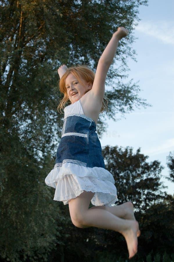 Девушка скача и стоковые фотографии rf