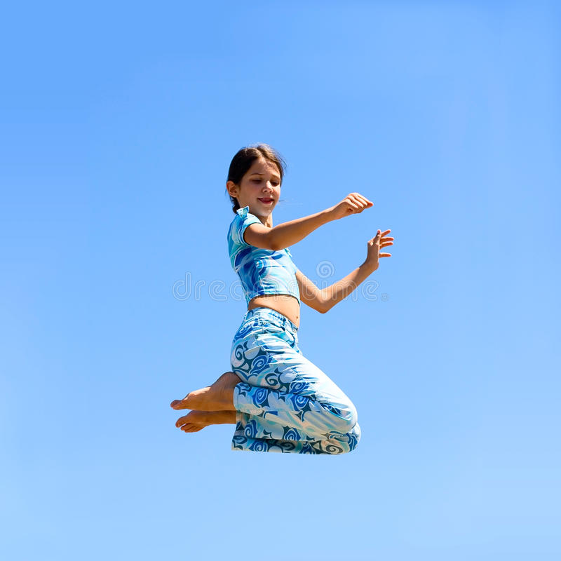 девушка скачет предназначенное для подростков стоковые фото