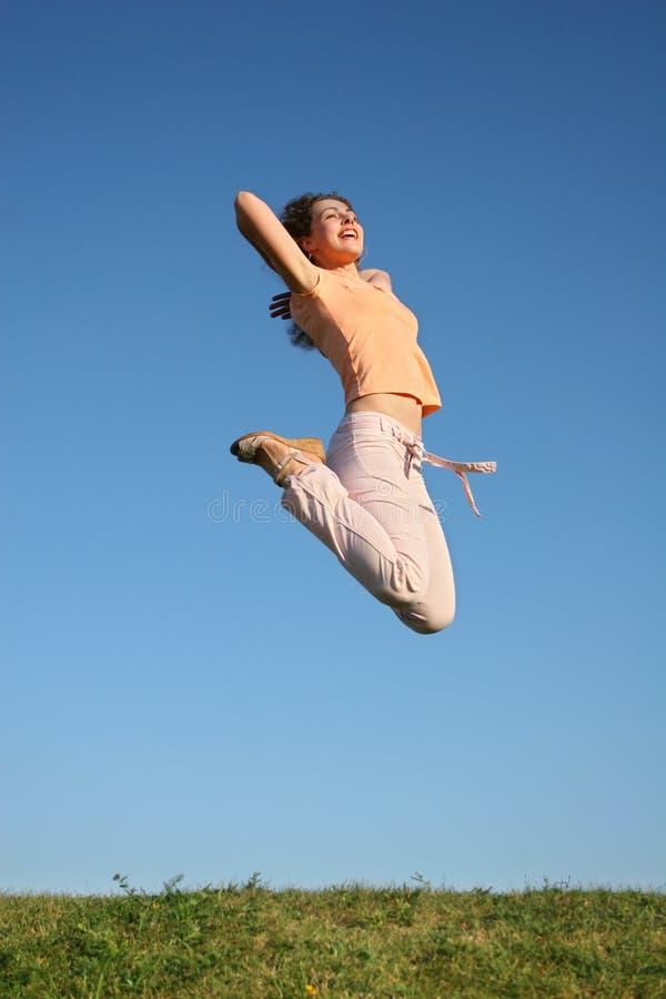 девушка скачет стоковая фотография rf