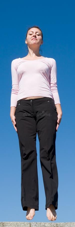 девушка скачет стоковые фотографии rf