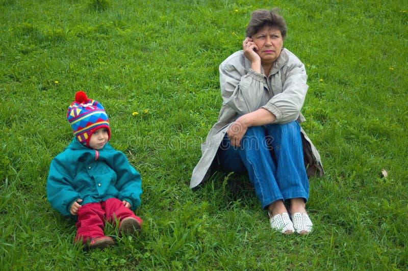 девушка следующий телефон сидит говорит женщину стоковое фото rf
