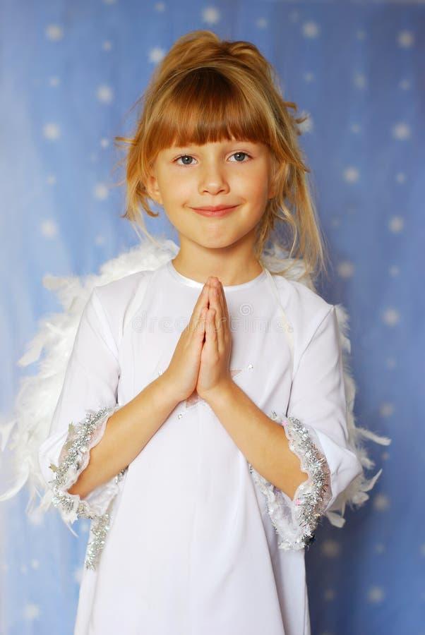девушка сложенная ангелом вручает молитву к стоковое изображение rf