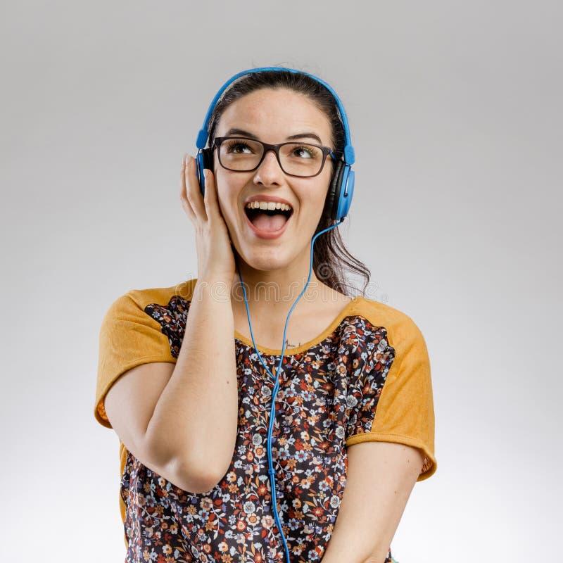 Девушка слушает музыку стоковые фотографии rf