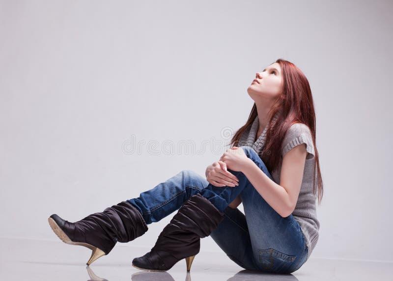 девушка смотрит вверх стоковое фото