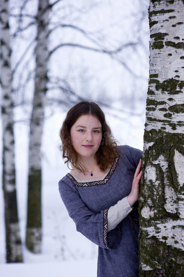 Download девушка смотрит вне детенышей вала Стоковое Изображение - изображение насчитывающей средне, блинчик: 18393533