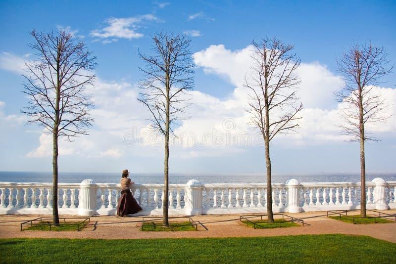 Девушка на портовом районе в Peterhof стоковое изображение rf
