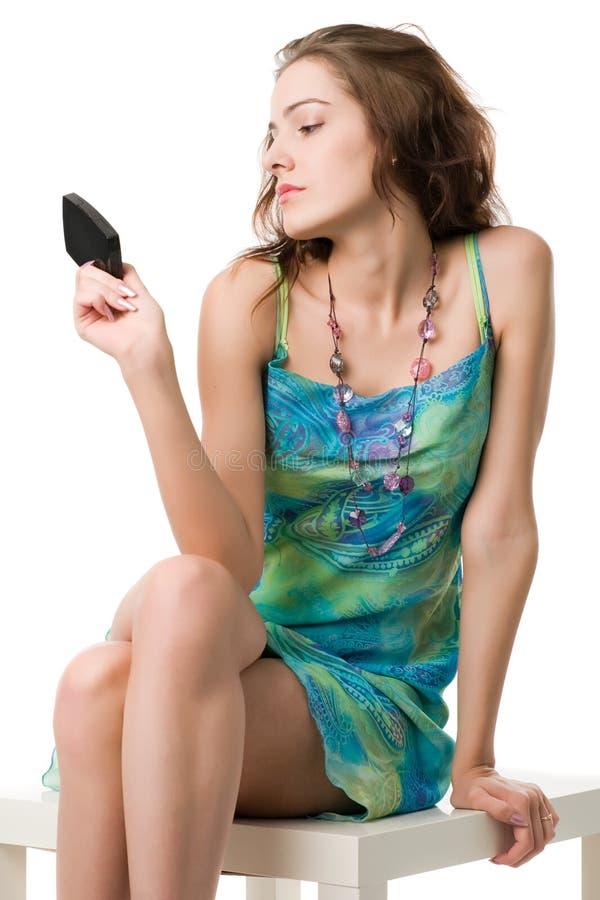 девушка смотрит зеркало стоковая фотография