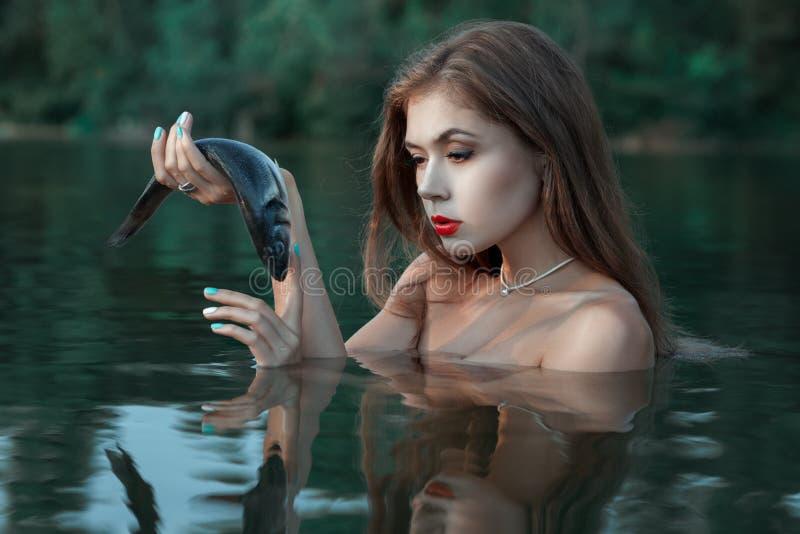 Девушка смотрит рыб стоковая фотография rf