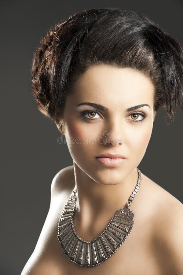 девушка смотрит серебр ожерелья к стоковые изображения rf