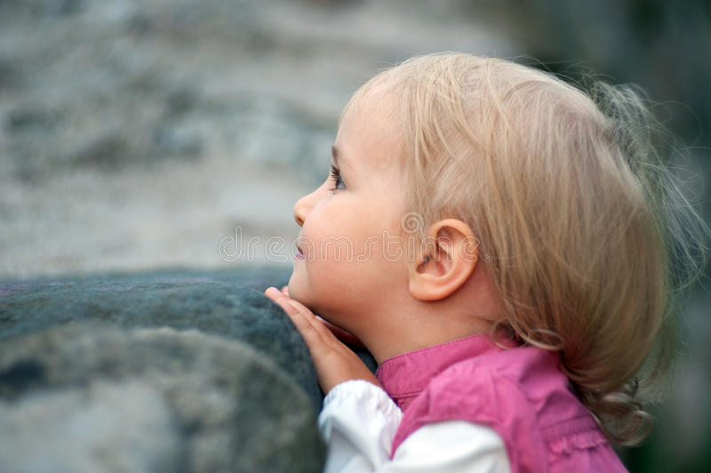 девушка смотрящ малая что-то стоковое фото rf